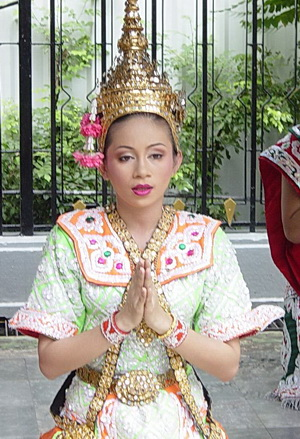 Thai dancer gives a 'wai'